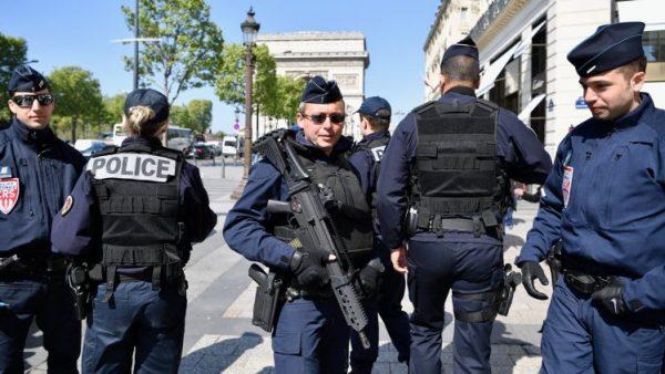 #فرنسا:القبض على رجل يحمل سكينا في #باريس