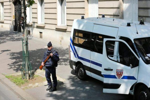 إخلاء مركز اقتراع في #فرنسا بسبب سيارة مريبة