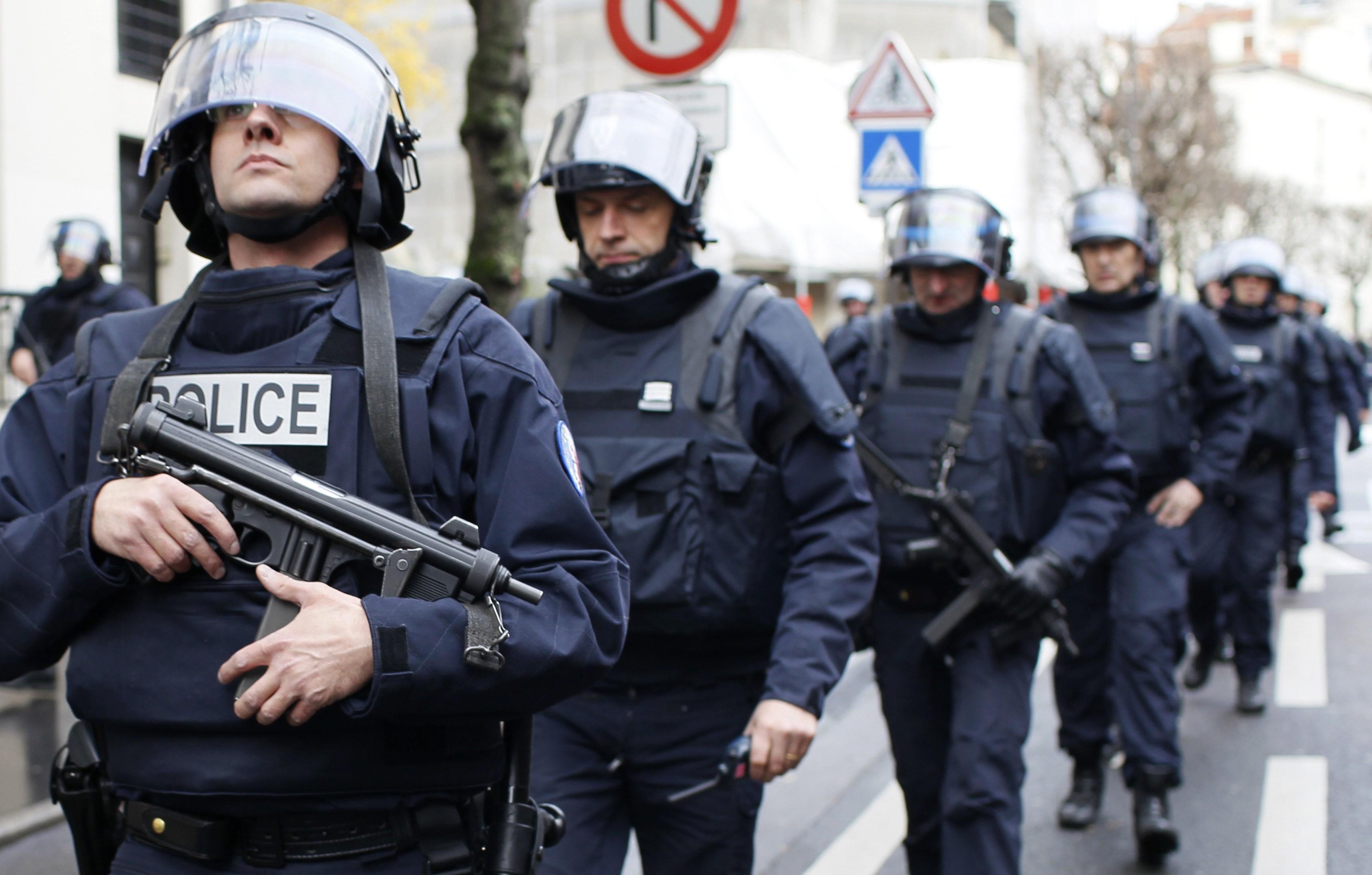 فرنسا..ملاحقات ومداهمات للعناصر الإرهابيه وإحباط عمليتين إرهابيتين